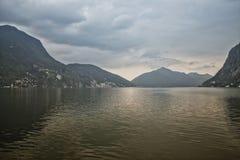 Nubes tempestuosas sobre el lago Fotos de archivo libres de regalías