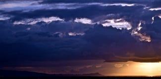 Nubes tempestuosas sobre Honolulu imagen de archivo