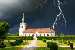 Nubes tempestuosas sobre iglesia sueca Fotos de archivo libres de regalías