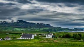 Nubes tempestuosas sobre la ciudad de Staffin, Skye Island, Escocia almacen de video