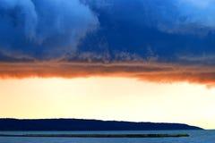 Nubes tempestuosas sobre la laguna del Vístula imagen de archivo libre de regalías