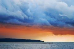 Nubes tempestuosas sobre la laguna del Vístula foto de archivo
