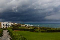 Nubes tormentosas en el cielo sobre el mar Imágenes de archivo libres de regalías