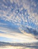 Nubes tranquilas de la puesta del sol y cielo azul Fotos de archivo libres de regalías
