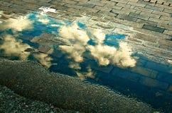 Nubes a través del charco Fotografía de archivo