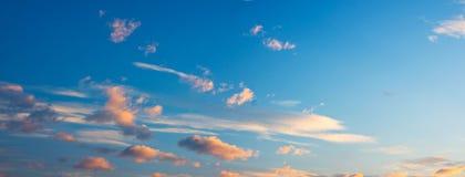 Nubes vibrantes de la salida del sol Imágenes de archivo libres de regalías