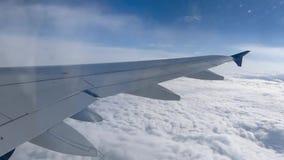 Nubes vistas a través de la ventana de un aeroplano almacen de metraje de vídeo