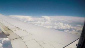 Nubes y ala de la ventana de los aeroplanos metrajes
