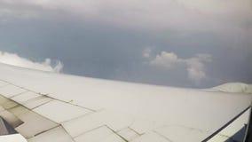 Nubes y ala de la ventana de los aeroplanos almacen de metraje de vídeo