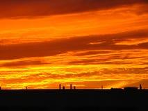 Nubes y azotea ardientes Fotografía de archivo libre de regalías
