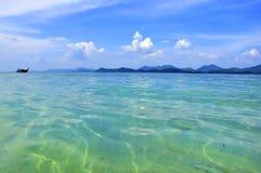 nubes y barco exóticos tropicales de la playa Imagen de archivo