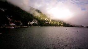 Nubes y barcos de Nainital Timelapse- durante monzones en el lago nainital metrajes