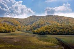 nubes y bosque de la montaña en el otoño Fotografía de archivo