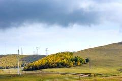 nubes y bosque de la montaña en el otoño Imagenes de archivo