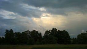 Nubes y bosque. Lapso de tiempo