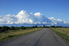 Nubes y camino imágenes de archivo libres de regalías