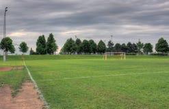 Nubes y campo de fútbol grises Fotografía de archivo