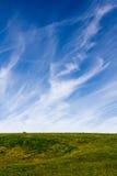 Nubes y campo Wispy Fotos de archivo libres de regalías