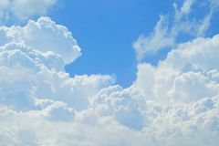 Nubes y cielo azul Imágenes de archivo libres de regalías