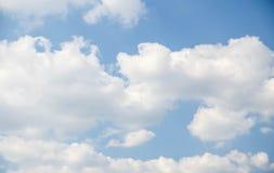 Nubes y cielo azul del claro Fotos de archivo libres de regalías
