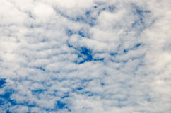 Nubes y cielo azul profundo Fotografía de archivo libre de regalías