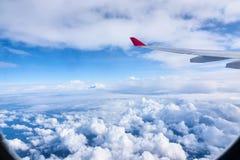 Nubes y cielo como a través vista ventana de un avión Imágenes de archivo libres de regalías