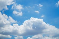 Nubes y cielo hermosos del bule Imagen de archivo