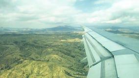 Nubes y cielo y montañas como a través vista ventana de un avión metrajes