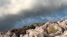 Nubes y contraste de las rocas metrajes