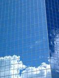 Nubes y edificio azul Foto de archivo libre de regalías