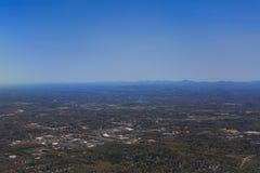Nubes y escena de la ciudad de la línea aérea Fotografía de archivo libre de regalías