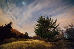 Nubes y estrellas en cielo nocturno Imágenes de archivo libres de regalías
