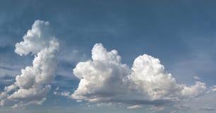 Nubes y fondo del cielo azul Foto de archivo