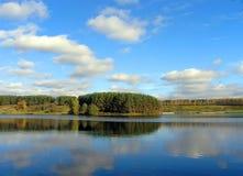 Nubes y lago Foto de archivo libre de regalías
