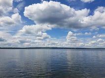 Nubes y lago Fotografía de archivo