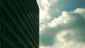 Nubes y lapso de tiempo enorme del edificio metrajes