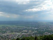 Nubes y lluvia sobre una ciudad Fotos de archivo libres de regalías