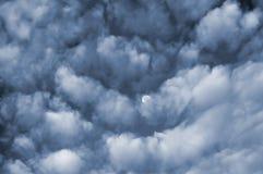 Nubes y luna fotografía de archivo
