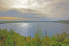 Nubes y luz sobre un lago wilderness Fotos de archivo libres de regalías