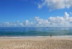 Nubes y mar en la bahía de Byron, Australia Fotos de archivo libres de regalías