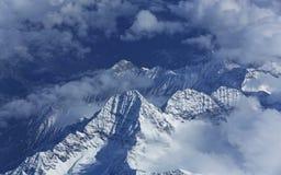 Nubes y montaña de la nieve Imagen de archivo