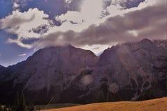 Nubes y montañas Foto de archivo libre de regalías