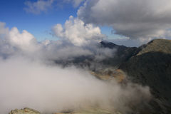 Nubes y monta?as Foto de archivo