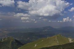 Nubes y montañas Imagenes de archivo