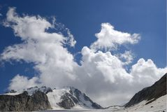 Nubes y montañas. Foto de archivo