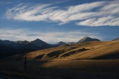 Nubes y montañas Fotos de archivo