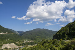 Nubes y montañas Fotos de archivo libres de regalías