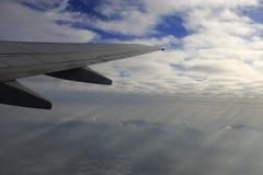 Nubes y montañas debajo de las alas Imagen de archivo