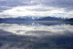 Nubes y montañas en Patagonia fotos de archivo