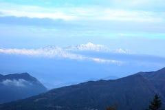 Nubes y paisaje de la montaña de la nieve imagen de archivo